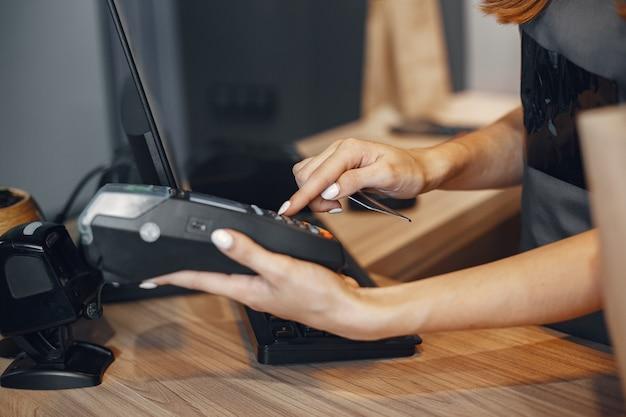 O caixa paga com cartão através do terminalo caixa paga com cartão através do terminal.