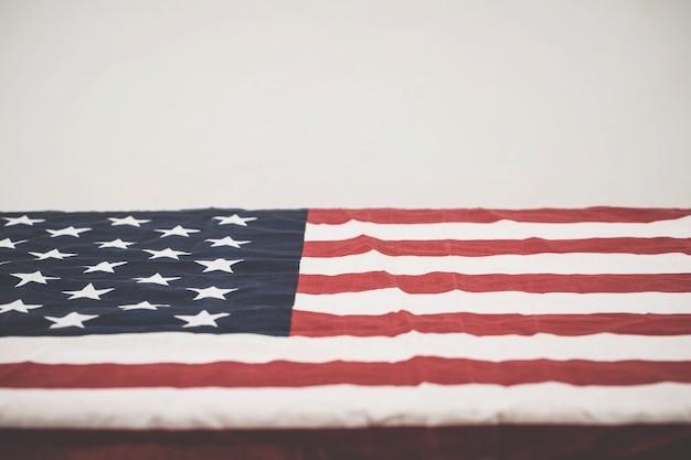 O caixão de um veterano de guerra coberto com a bandeira dos eua.