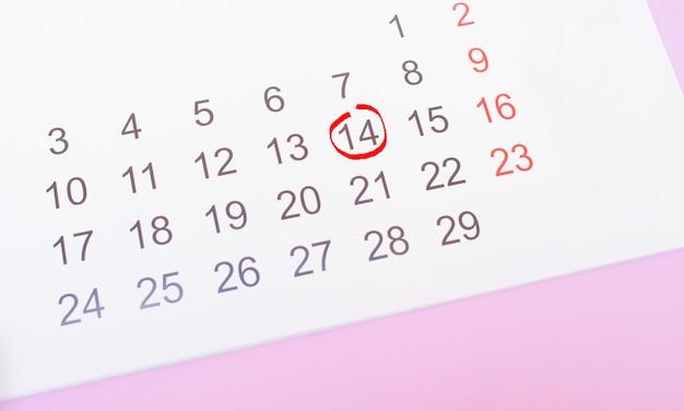 O calendário com a data de 14 de fevereiro, dia dos namorados.