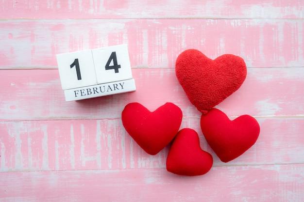 O calendário de madeira no dia 14 de fevereiro