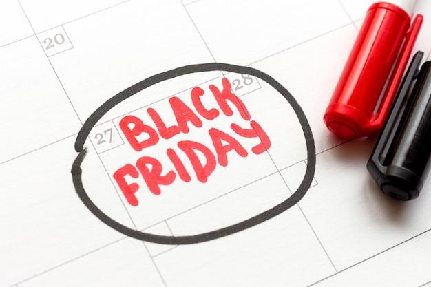 O calendário tem data de sexta-feira preta e dois marcadores pretos e vermelhos