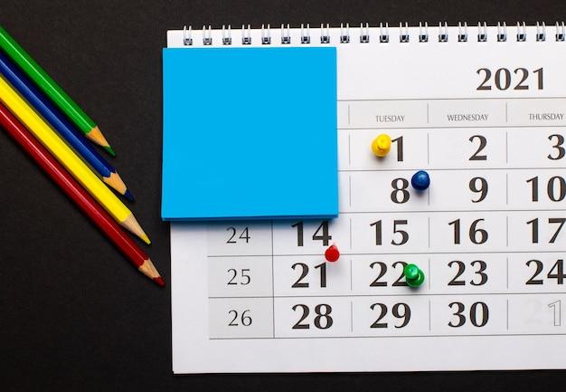 O calendário tem lápis de cor azul claro