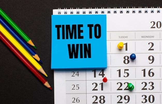 O calendário tem papel azul claro com o texto hora de ganhar
