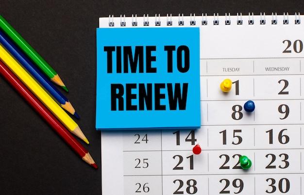 O calendário tem papel azul claro com o texto hora de renovar