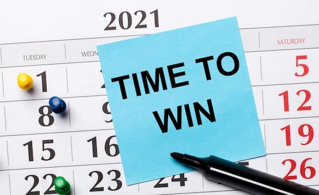 O calendário tem um adesivo azul com o texto hora de vencer e um marcador preto
