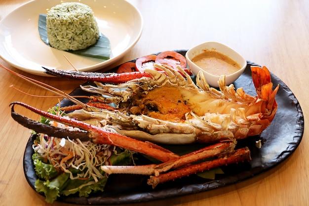 O camarão de rio gigante grelhado ou o camarão do rio com arroz cozinhado fritaram a erva misturada.