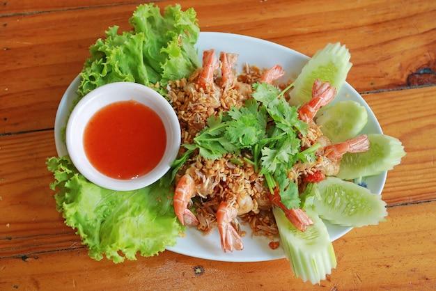 O camarão fritado com alho serve com molho de pimentão.