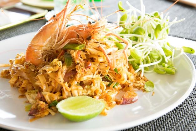 O camarão tailandês da almofada é estilo tailandês do alimento do macarronete.