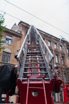 O caminhão de bombeiros de escada desdobrado.