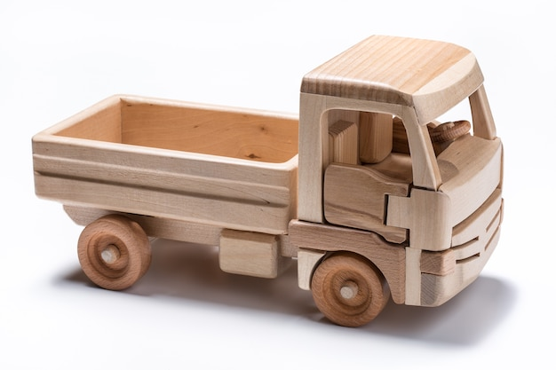 O caminhão é um brinquedo feito de madeira natural.