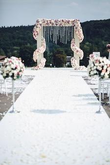O caminho branco leva ao altar do casamento colocado em algum lugar nas montanhas