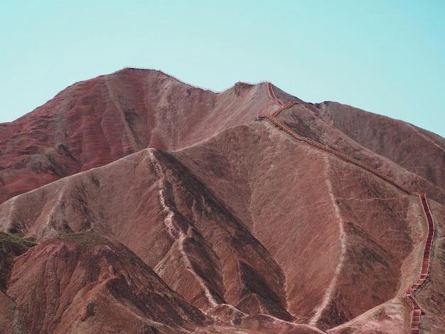 O caminho no cume da bela montanha