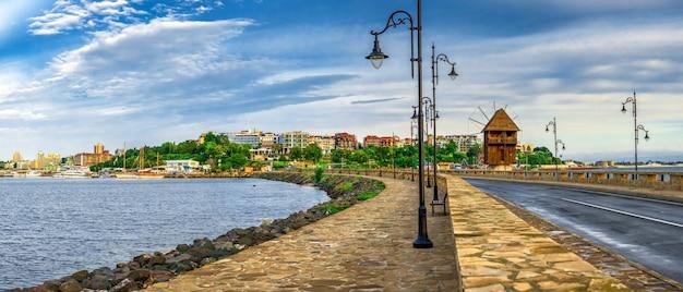 O caminho para a cidade velha de nessebar na bulgária