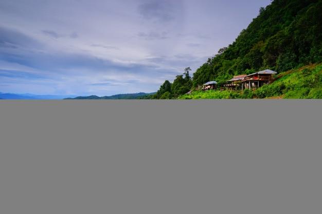 O campo de arroz cabana e terraço na estação chuvosa.