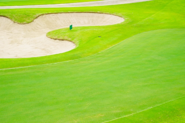 O campo de golfe da vista superior, areia bonita dos depósitos, pôr a grama verde e verde da natureza, fairway áspero.