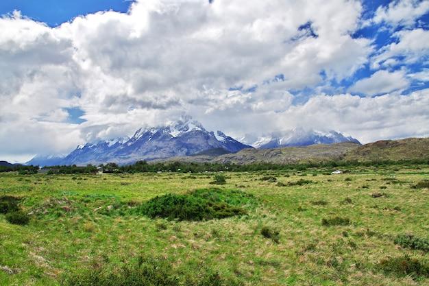 O campo e o céu no parque nacional torres del paine patagonia chile