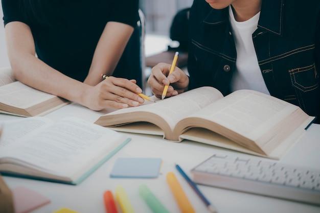 O campus de jovens estudantes ajuda os amigos a aprender e a aprender.