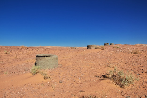 O canal da água em timimun, cidade abandonada no deserto do saara, argélia