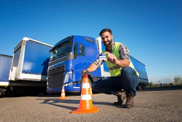 O candidato a motorista concluiu com sucesso o treinamento de direção de caminhão e adquiriu a carteira de motorista comercial