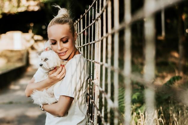 O cão pequeno com proprietário passa um dia fora.