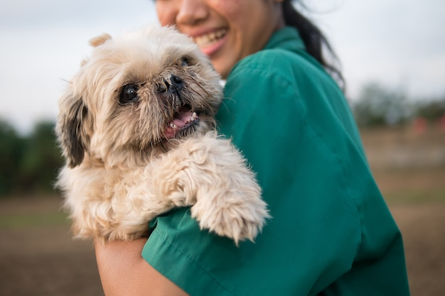 O cão velho e feio mas a menina do proprietário dão o amor e muito felizes.