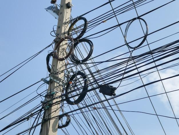 O caos de cabos e fios na rua.