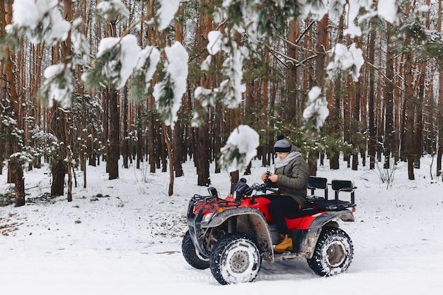 O cara anda de moto em um clima nevado