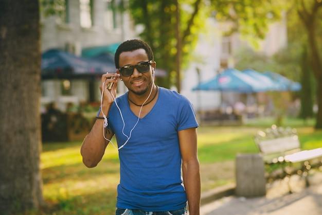O cara com o telefone