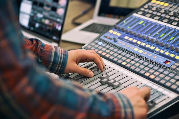 O cara controla o console de mixagem