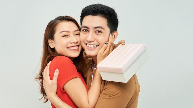 O cara dá um lindo presente para a garota no dia dos namorados
