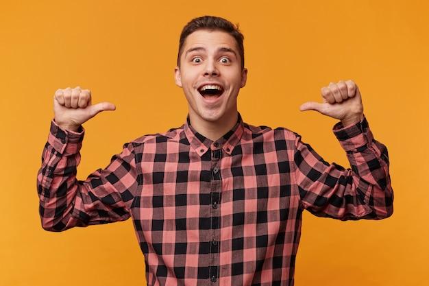 O cara de repente se torna um vencedor, consegue uma vitória, triunfa, feliz e surpreso levanta as mãos nos punhos