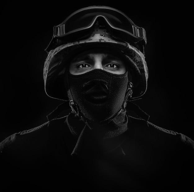 O cara do capacete, retrato militar