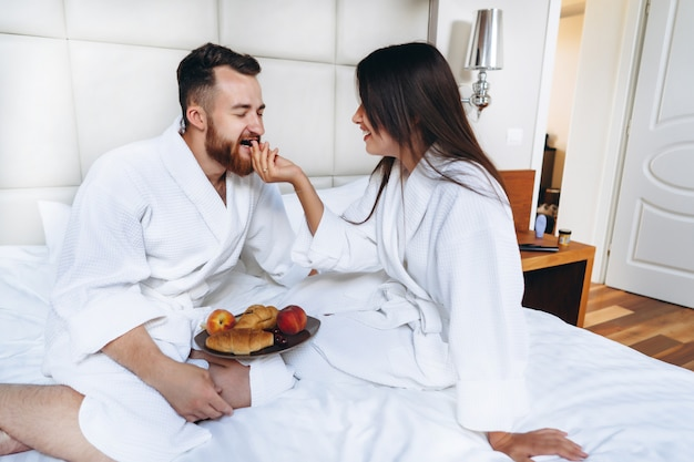 O cara e o roupão da menina, menina alimenta o fruto do cara