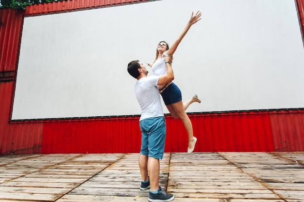 O cara está circulando sua namorada na cena de rua