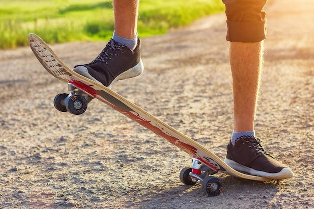 O cara está em um skate está na estrada bela tonificação.