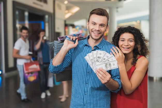 O cara está segurando um monte de dinheiro na mão.