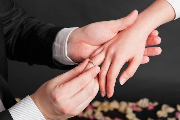 O cara faz para a garota a oferta de casar com ele e coloca um anel de noivado