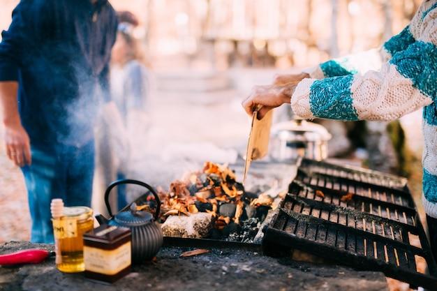 O cara frita um shish kebab em uma fogueira