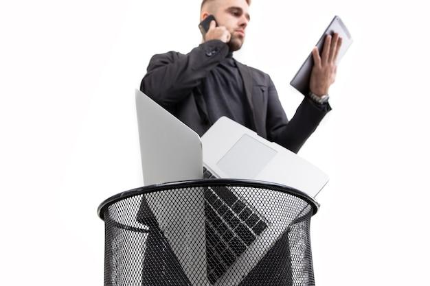 O cara jogou fora o laptop antigo, mas fala em um novo telefone e trabalha em um tablet