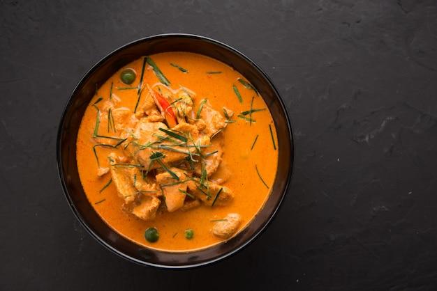 O caril vermelho do estilo tailandês com menu da carne ou nome tailandês é neur do panaeng.