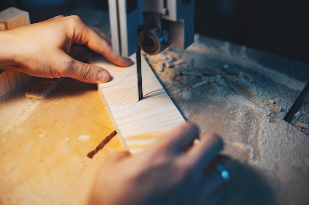 O carpinteiro trabalha com uma árvore
