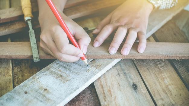 O carpinteiro trabalhando em escrever cópia espaço madeira fundo