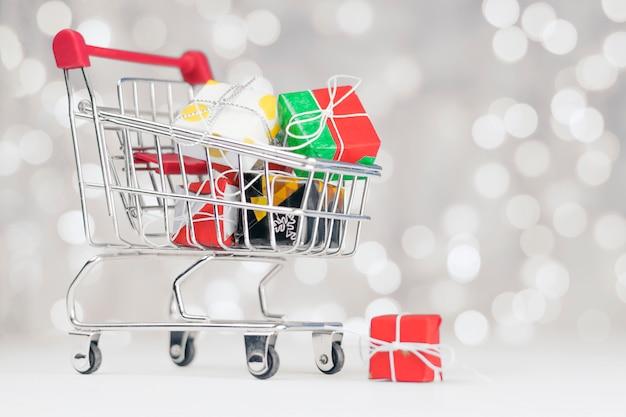 O carrinho de compras está cheio de presentes diferentes para o feriado