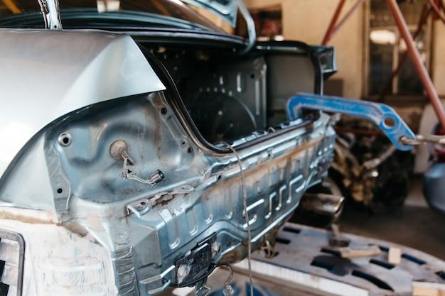 O carro amassou o pára-choque traseiro danificado após um acidente puxando a carroceria