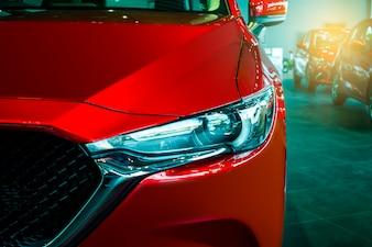 O carro dianteiro toda a cor vermelha nova de japão do tipo de mazda cx 5 no backbround do cliente da sala estacionou na sala de exposições de Tailândia para a imagem editorial ilustrativa do transporte.