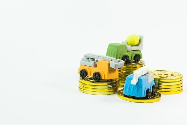 O carro do brinquedo da construção na imagem de fundo branca.
