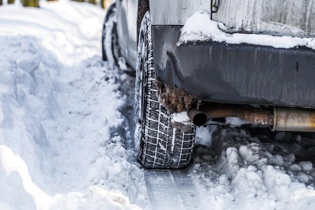 O carro ficou preso na neve