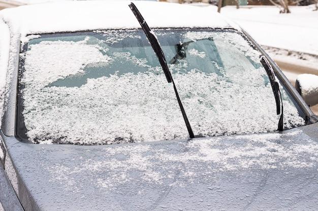 O carro no monte de neve saindo da neve