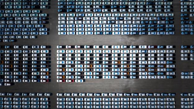 O carro novo alinhou na porta para a importação do carro do negócio e a logística da exportação, vista aérea.
