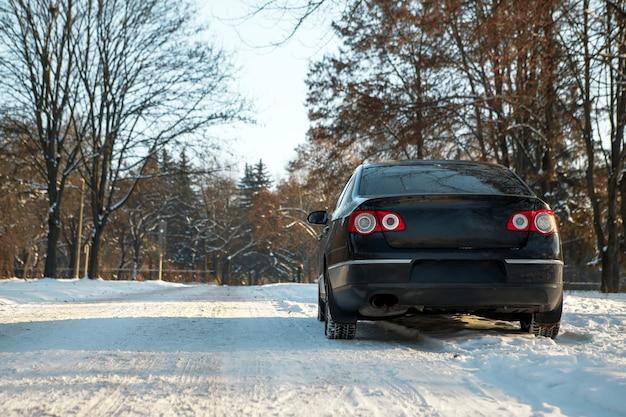 O carro sai na estrada no inverno